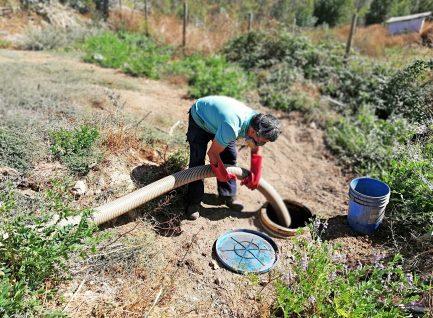 Gracias a convenio municipal, 8 familias de Empedrado, realizan de manera gratuita, limpieza de sus fosas sépticas